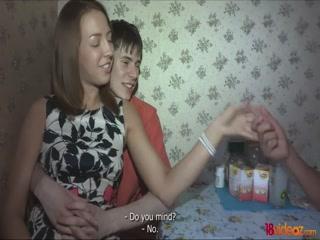 Две красивые лесбиянки занимаются сексом на диване дома с парнем и кончают от этого классно!