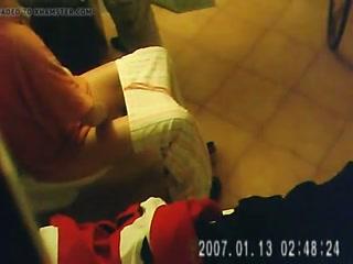 Секс с русской девушкой на унитазе  для возбуждения