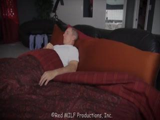 Секс со старой бабушкой в чулках на диване, пока муж спит дома