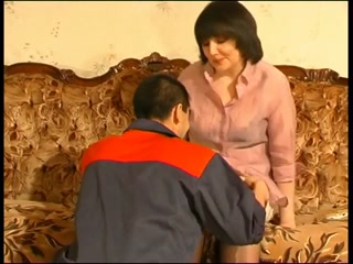 Русская тетка трахнулась с негром на диване дома у него же  смотреть онлайн