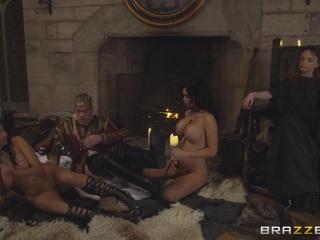Оргия с двумя зрелыми женщинами и молодым парнем, которые трахаются в анал втроем