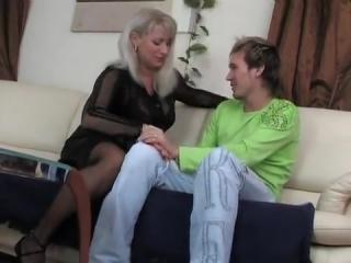 Мама учит дочку сосать член и трахаться в пизду со своим сыном дома