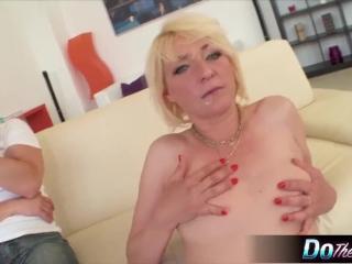 Секс со зрелыми женщинами в чулках принес им обоим удовольствие