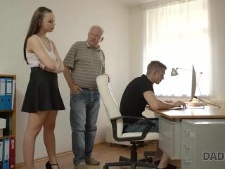 Секс с молодой женой в черных чулках у себя дома после работы  для дрочки
